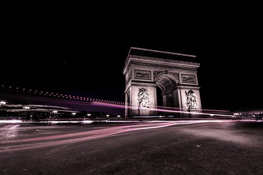 フリー写真 夜のエトワール凱旋門と自動車の光線