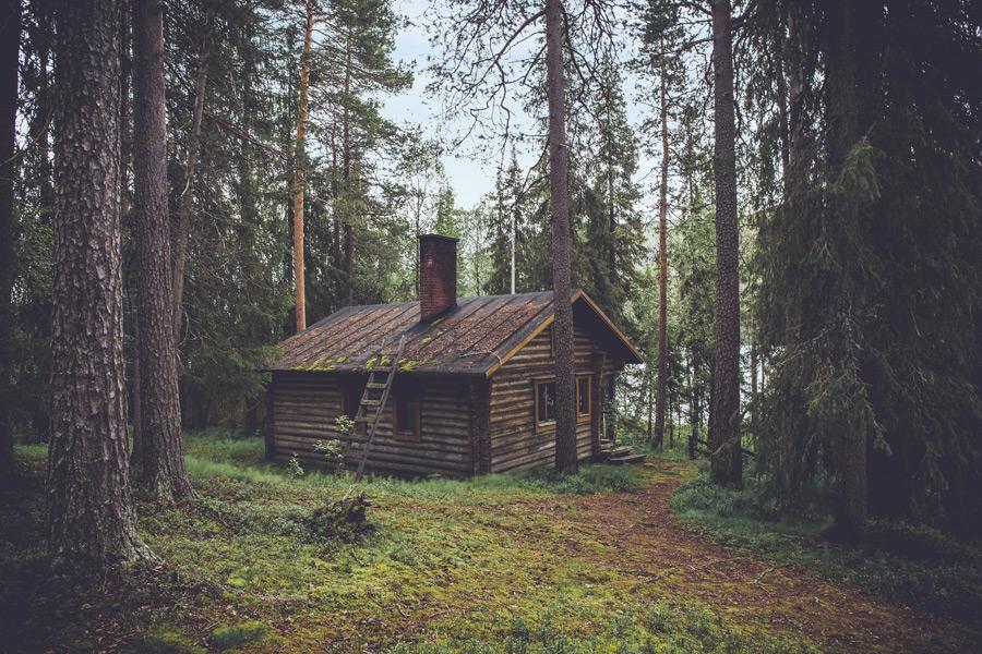 フリー写真 森の中の小屋の風景