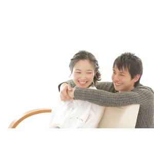 フリー写真, 人物, カップル, 恋人, 女性(00037), 男性(00038), 二人, 愛(ラブ), 笑う(笑顔), 白背景, 抱きしめる