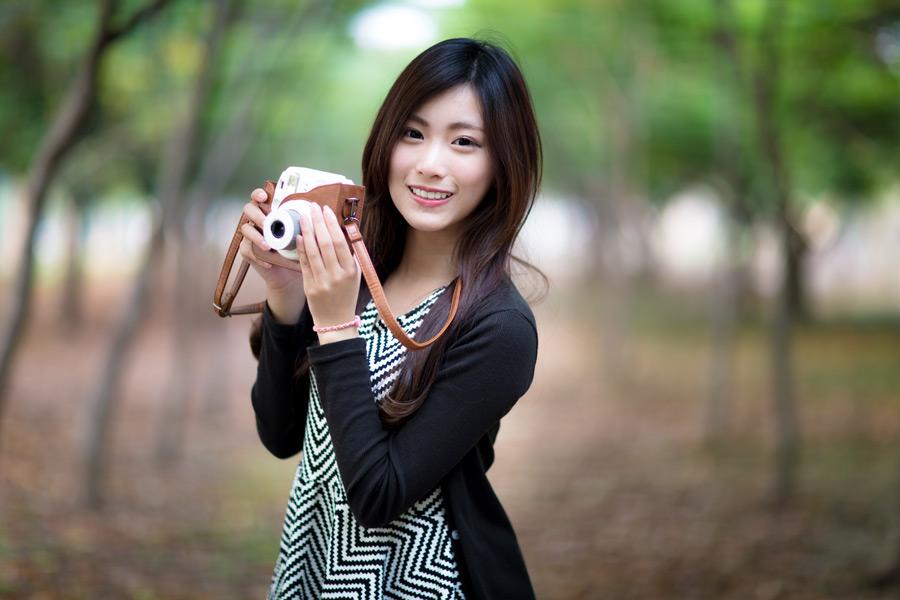 フリー写真 カメラを持つ女性のポートレイト