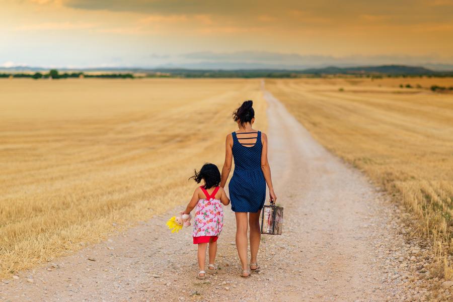 フリー写真 手をつなぎながら農道を歩く母と娘