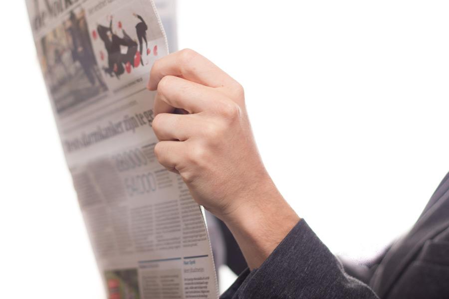 フリー写真 新聞を開く手