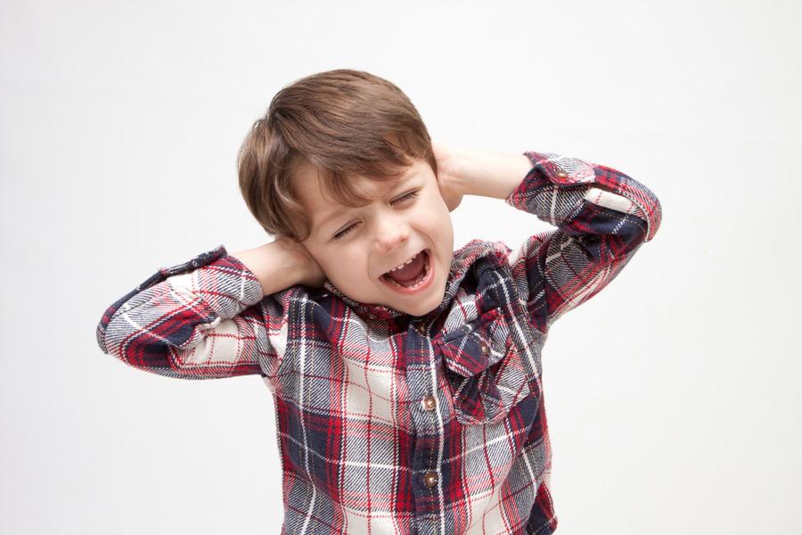 フリー写真 耳を塞ぐ外国の男の子