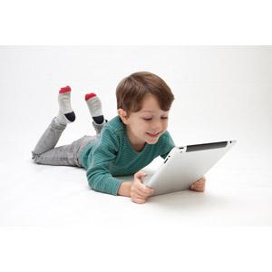 フリー写真, 人物, 子供, 男の子, 外国の男の子, 男の子(00073), 家電機器, パソコン(PC), タブレットPC, 腹這い