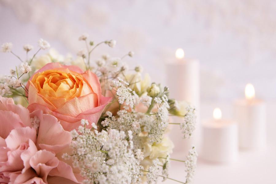 フリー写真 結婚式のブーケとロウソク