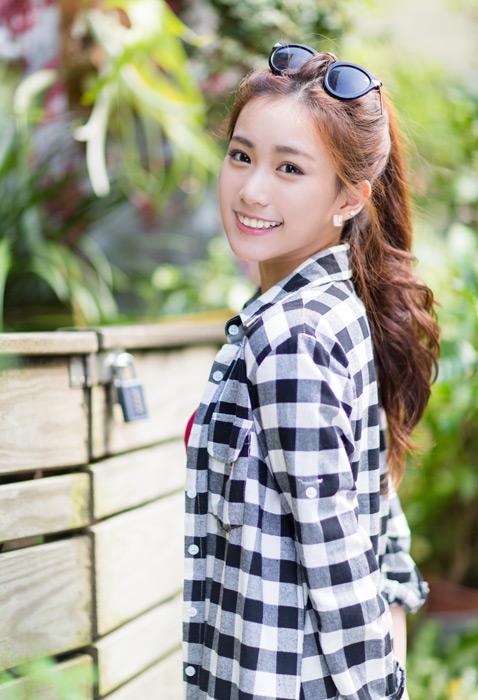 フリー写真 市松模様のシャツを着た女性のポートレイト