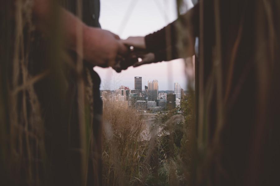 フリー写真 手をつなぐカップルと都会の風景