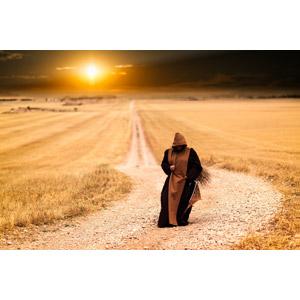 フリー写真, 人物, 人と風景, 修道士(修道者), ローブ, 夕暮れ(夕方), 夕焼け, 夕日, 田舎, 小道