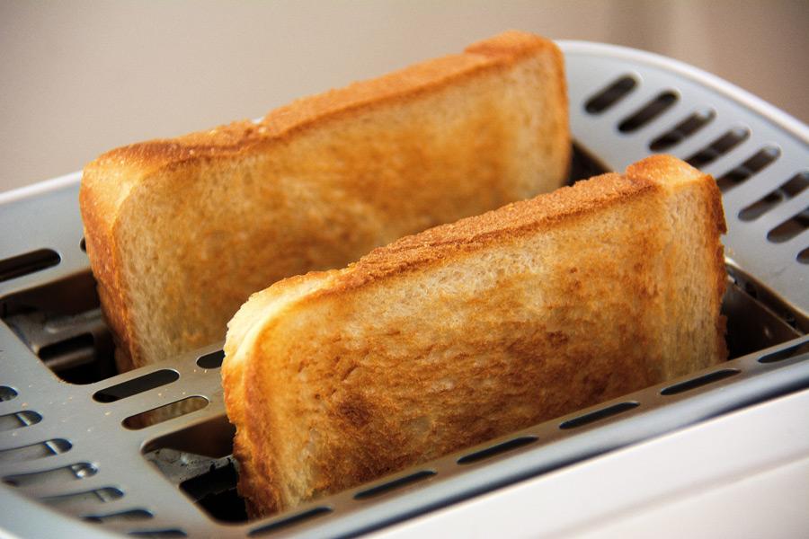 フリー写真 ポップアップトースターと焼き上がった食パン
