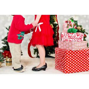 フリー写真, 人物, 親子, 母親(お母さん), 子供, 息子, 手をつなぐ, 年中行事, クリスマス, 12月, 冬, クリスマスプレゼント, クリスマスツリー