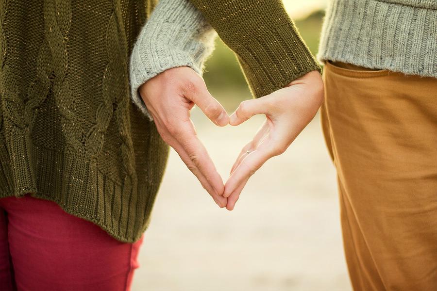 フリー写真 ハートを形作るカップルの手