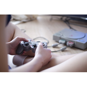 フリー写真, 人物, 家電機器, ゲーム機, ゲーム, コントローラー, PlayStation(PS1), ソニー(SONY), 座る(床)