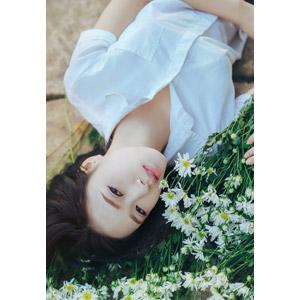 フリー写真, 人物, 少女, アジアの少女, 少女(00118), ベトナム人, 人と花, 花束, 白色の花, 学生服, 学生(生徒), 寝転ぶ, 仰向け