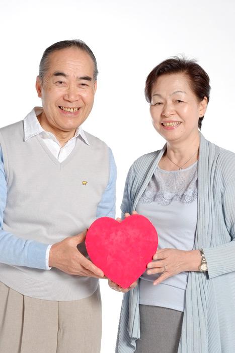 フリー写真 ハートを持つおじいさんとおばあさん