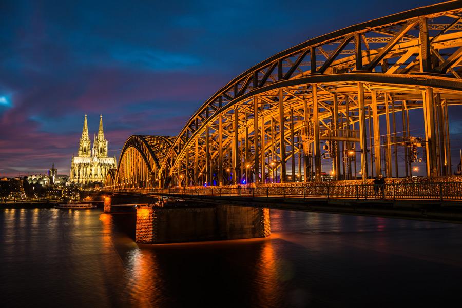フリー写真 ケルン大聖堂とホーエンツォレルン橋の夜景