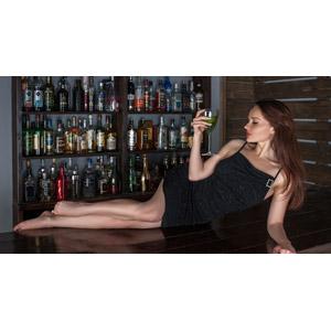 フリー写真, 人物, 女性, 外国人女性, 女性(00115), ロシア人, 酒場(バー), 飲食店, 飲み物(飲料), お酒, カクテル, ドレス, 横たわる, 横顔
