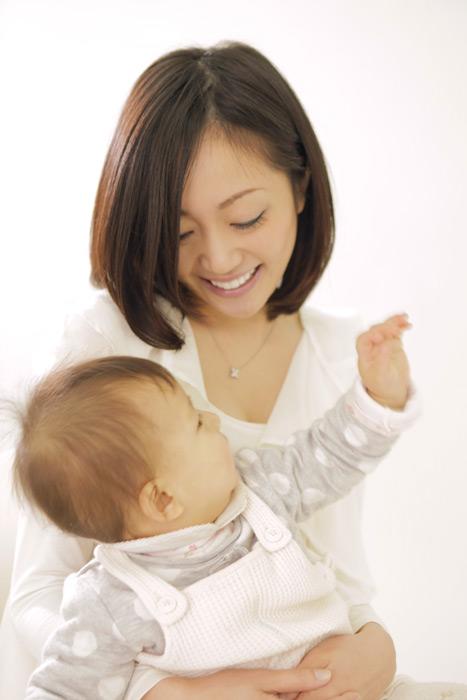 フリー写真 赤ちゃんを抱いているお母さん