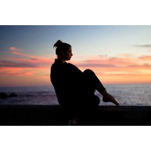 フリー写真, 人物, 女性, 外国人女性, トウシューズ, 横顔, 夕暮れ(夕方), 夕焼け, 海