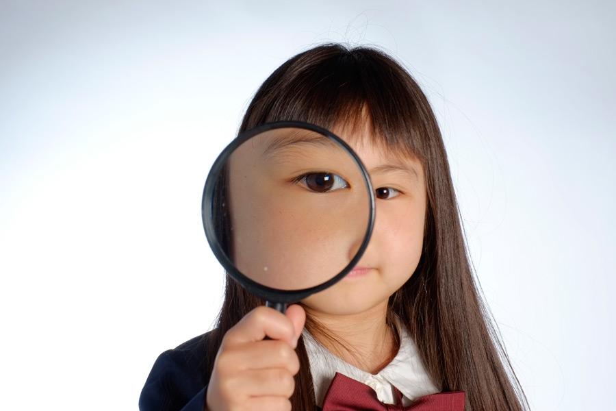 フリー写真 虫眼鏡で覗いている女の子