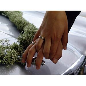 フリー写真, 人体, 手, 手をつなぐ, カップル, 花婿(新郎), 花嫁(新婦), 結婚式(ブライダル), 二人, 結婚指輪, ジャガー(自動車)