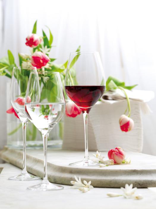 フリー写真 ワイングラスに入ったワインと花