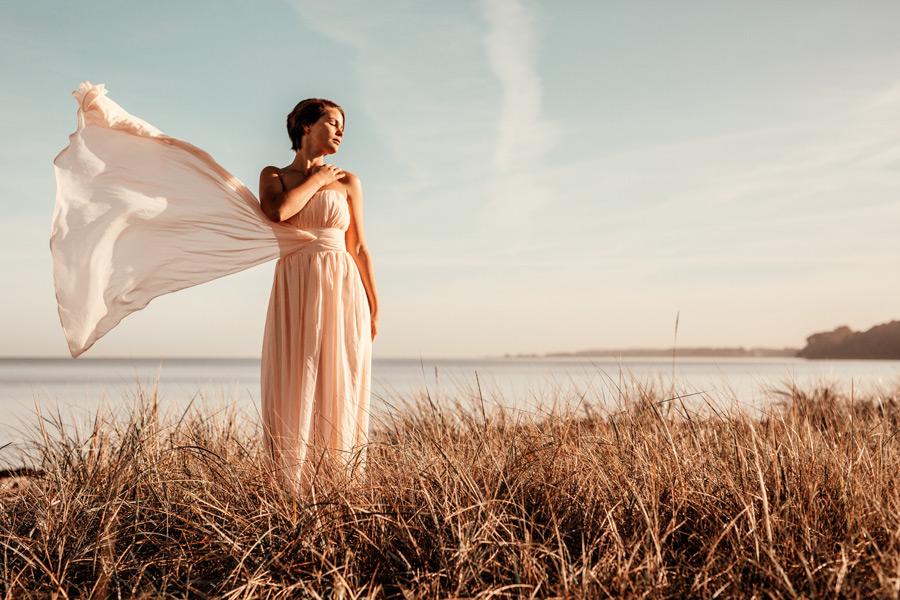 フリー写真 目を閉じて風に吹かれる外国人女性