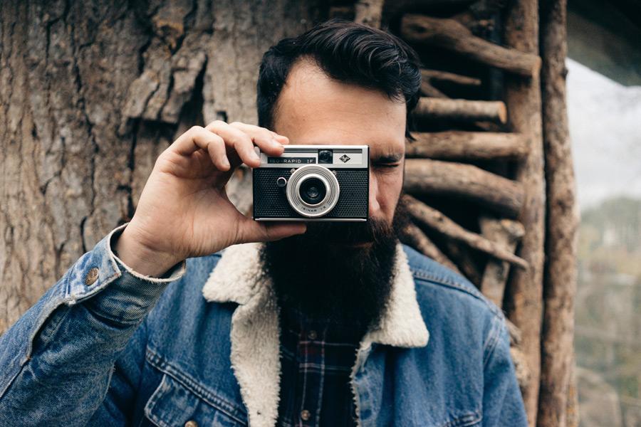 フリー写真 アグファのフィルムカメラで写真を撮る外国人男性