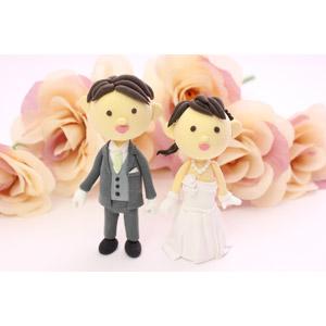 フリー写真, 人形, カップル, 花婿(新郎), 花嫁(新婦), 結婚式(ブライダル), タキシード, ウェディングドレス, 薔薇(バラ)