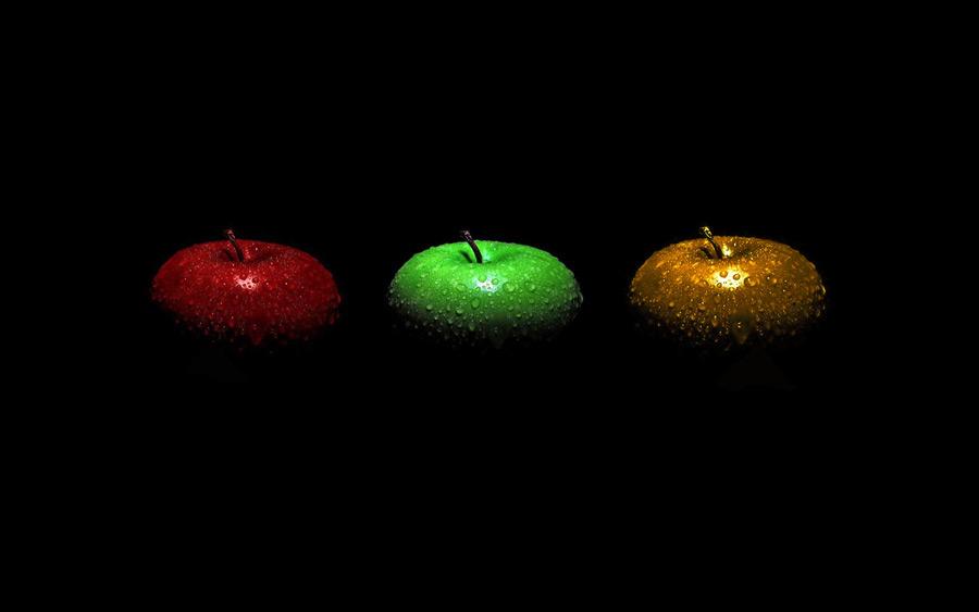 フリー写真 水滴のついた三色のリンゴ