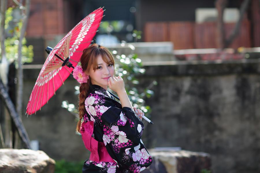 フリー写真 浴衣姿で日傘を差している女性のポートレイト
