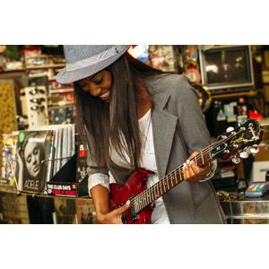 フリー写真, 人物, 女性, 黒人女性, 帽子, 音楽, 楽器, 弦楽器, ギター, エレキギター, 演奏する, 俯く(下を向く)
