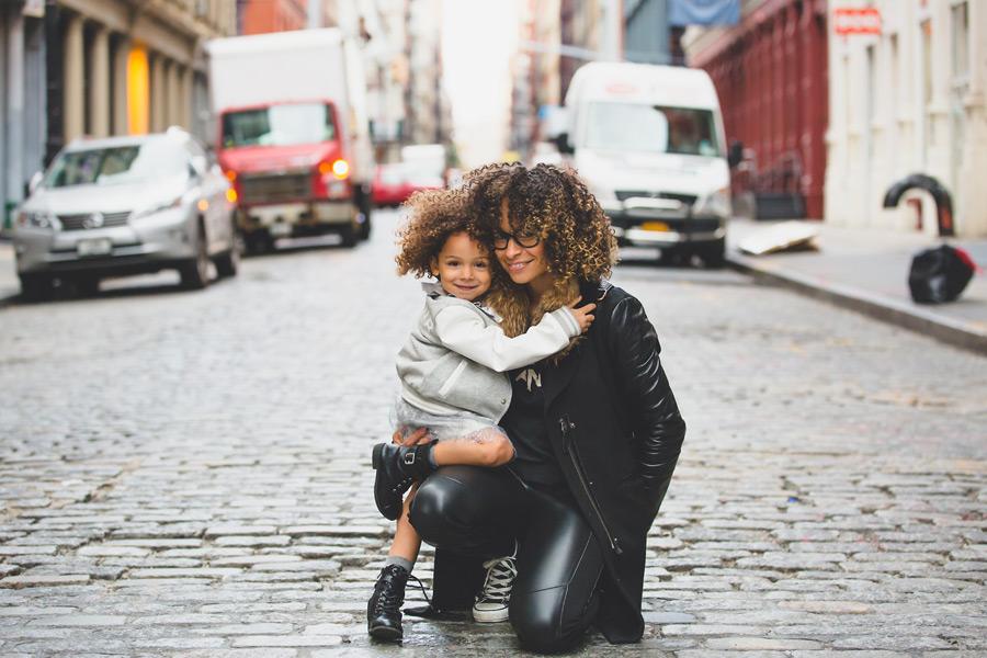 フリー写真 ニューヨークの路地と仲の良い母と娘