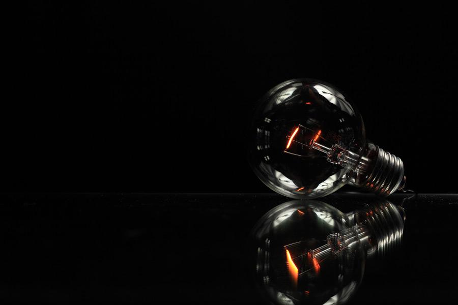 フリー写真 光る白熱電球