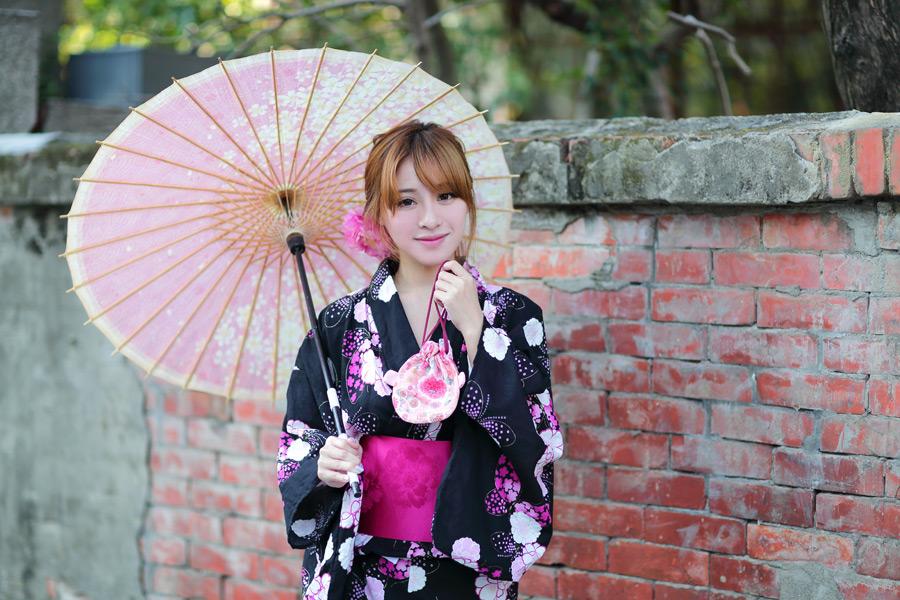 フリー写真 浴衣姿で日傘と巾着袋を持つ女性