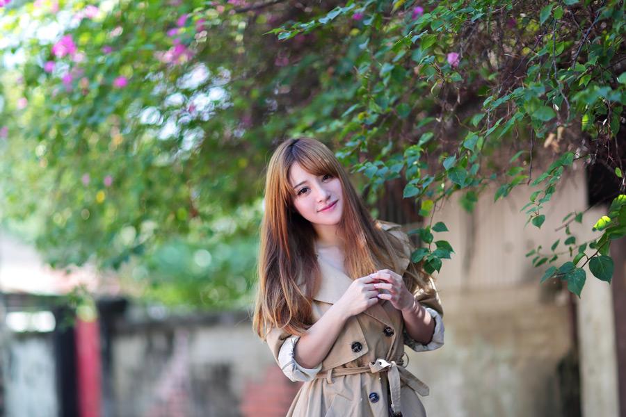 フリー写真 トレンチコートを着た女性