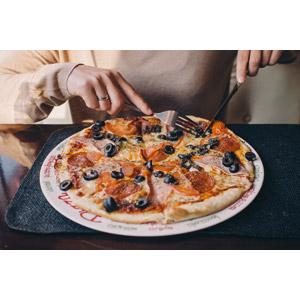 フリー写真, 人物, 食事, 食べ物(食料), 料理, ピザ, イタリア料理, ファーストフード, パン, チーズ料理, フォーク, テーブルナイフ, 食べる