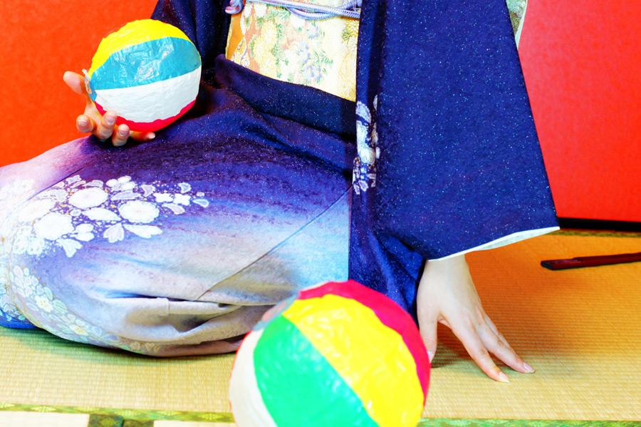 フリー写真 紙風船と着物姿の女性