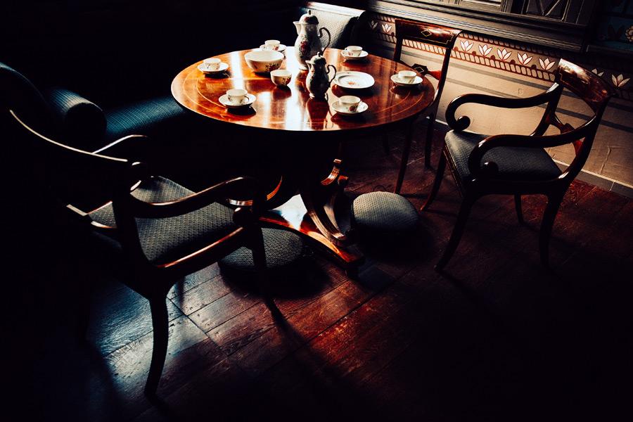 フリー写真 円卓とティーカップとソーサー