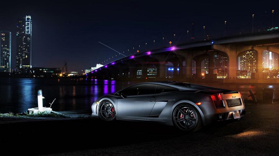 フリー写真 ランボルギーニ・ガヤルドと橋の夜景