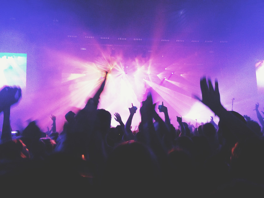 フリー写真 熱狂するコンサート会場の風景
