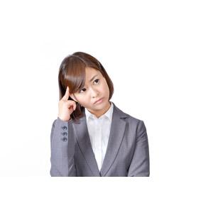 フリー写真, 人物, 女性, アジア人女性, 日本人, 女性(00086), 職業, 仕事, ビジネス, ビジネスウーマン, OL(オフィスレディ), レディーススーツ, 白背景, 悩む, 考える, こめかみに指を当てる