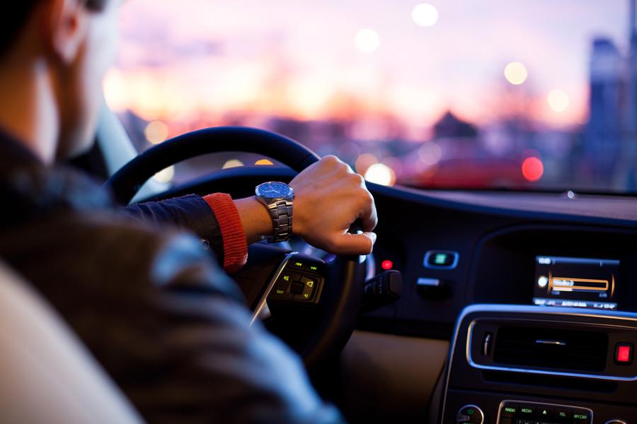フリー写真 車を運転している男性