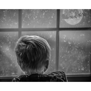 フリー写真, 人物, 子供, 男の子, 外国の男の子, 後ろ姿, 眺める, 窓辺, 雪, フォトレタッチ, 冬, 年中行事, クリスマス, 12月, トナカイ, サンタクロース, ソリ, 月