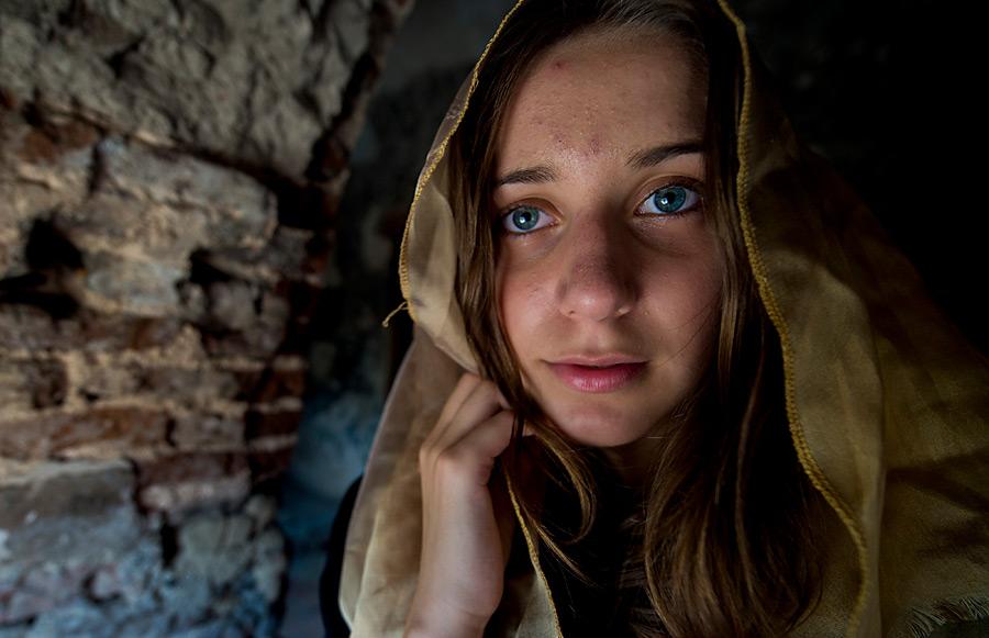 フリー写真 洞窟の中のジョージア人少女のポートレイト
