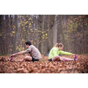 フリー写真, 人物, カップル, 運動, ストレッチ, 二人, 前屈, 落葉(落ち葉), 森林