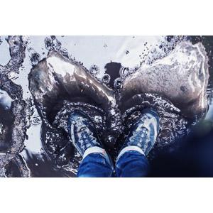 フリー写真, 人体, 足, 靴(シューズ), スニーカー, 水たまり, 水しぶき