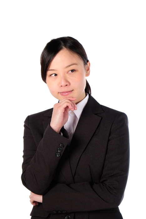 フリー写真 顎に手を当てて考える女性社員