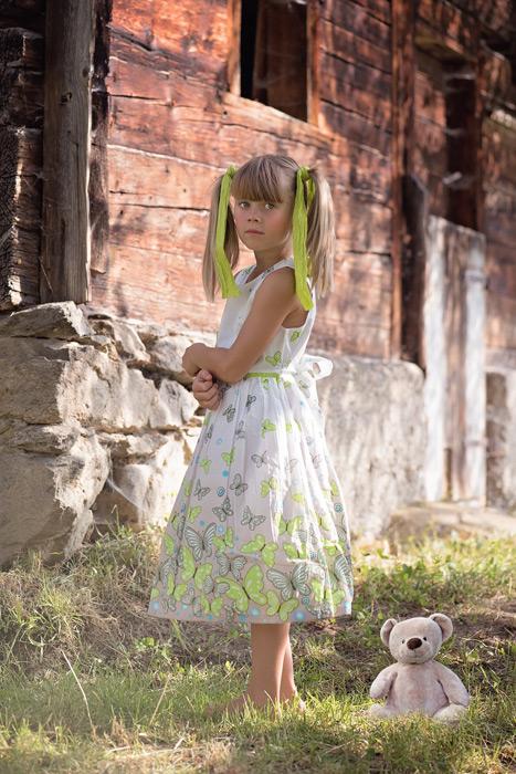 フリー写真 テディベアとツインテールの女の子
