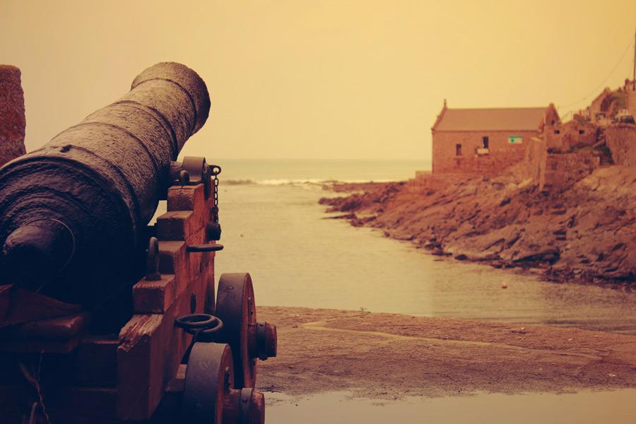 フリー写真 大砲のある海岸風景