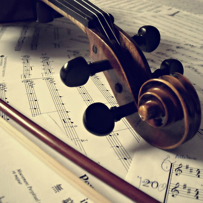 フリー写真 楽譜の上に置かれたバイオリン